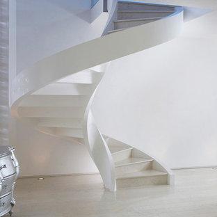 Immagine di una scala a chiocciola moderna di medie dimensioni con pedata in cemento e alzata in cemento