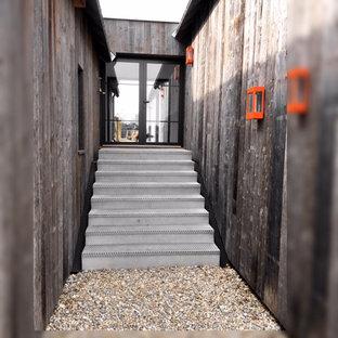 Ejemplo de escalera recta y madera, industrial, de tamaño medio, con escalones de hormigón, contrahuellas de hormigón, barandilla de madera y madera