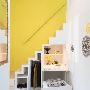 Ejemplo de escalera recta, contemporánea, con escalones de madera