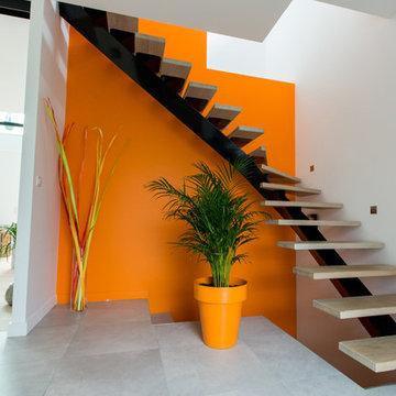 Escalier contemporain sur fond orange