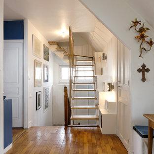 Inspiration för mellanstora moderna flytande trappor i trä, med sättsteg i glas och räcke i metall