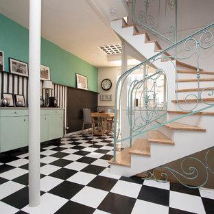 Idées déco pour un escalier rétro en U de taille moyenne avec des marches en bois et des contremarches en béton.