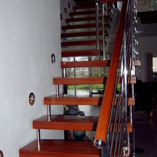 パリの中サイズの木のコンテンポラリースタイルのおしゃれな階段 (金属の手すり) の写真