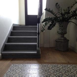 ナントの小さいコンクリートのインダストリアルスタイルのおしゃれな折り返し階段 (コンクリートの蹴込み板、金属の手すり) の写真