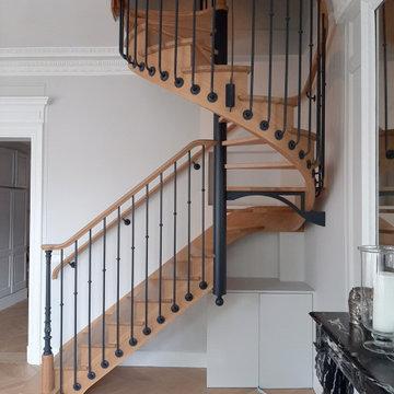 Escalier en bois, balustres déportées, galette et poteau fonte au départ