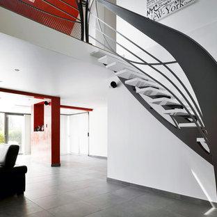 Idée de décoration pour un escalier sans contremarche courbe design.