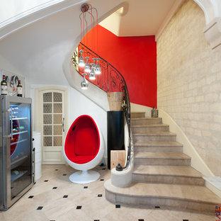 Cette image montre un grand escalier courbe traditionnel avec des marches en béton.