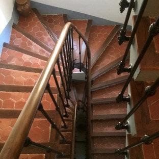 マルセイユの広いタイルの地中海スタイルのおしゃれな直階段 (フローリングの蹴込み板) の写真