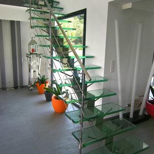 Diseño de escalera recta, moderna, sin contrahuella, con escalones de vidrio