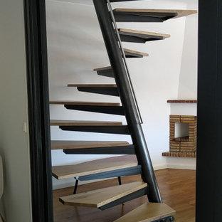 ボルドーの小さい木のコンテンポラリースタイルのおしゃれならせん階段 (金属の手すり) の写真
