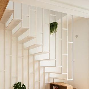 Cette image montre un escalier sans contremarche flottant design avec des marches en métal.