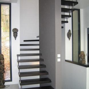 Ejemplo de escalera curva, tradicional renovada, de tamaño medio, sin contrahuella, con escalones de madera