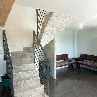 Foto de escalera curva, urbana, de tamaño medio, con escalones de hormigón y contrahuellas de hormigón