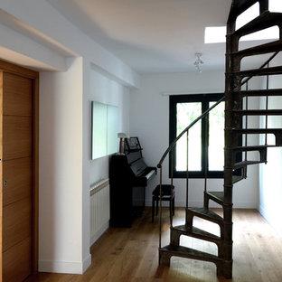 Foto de escalera de caracol, retro, pequeña, con escalones de metal, contrahuellas de metal y barandilla de metal