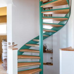 Inspiration pour un escalier sans contremarche hélicoïdal marin de taille moyenne avec des marches en bois.
