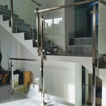 Garde-corps inox gamme carrée verre plein, escalier passerelle et mezzanine
