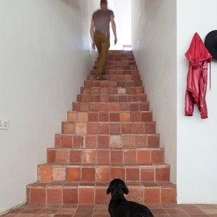 Свежая идея для дизайна: лестница в стиле лофт с ступенями из терракотовой плитки и подступенками из терракотовой плитки - отличное фото интерьера