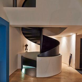 Cette photo montre un escalier hélicoïdal tendance de taille moyenne avec des marches en bois peint.