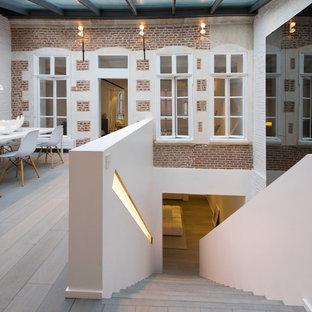 Idées déco pour un escalier droit contemporain de taille moyenne avec des marches en bois et des contremarches en bois.