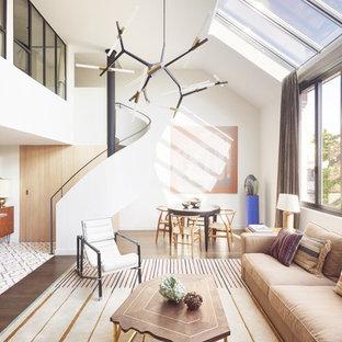 Foto di una grande scala a chiocciola contemporanea con pedata in legno e alzata in legno