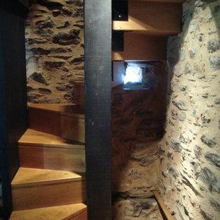Imagen de escalera de caracol, de estilo de casa de campo, pequeña, con escalones de madera y contrahuellas de madera