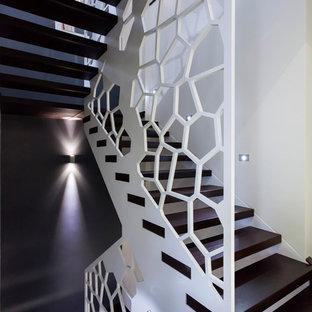 Создайте стильный интерьер: большая п-образная лестница в современном стиле с деревянными ступенями без подступенок - последний тренд