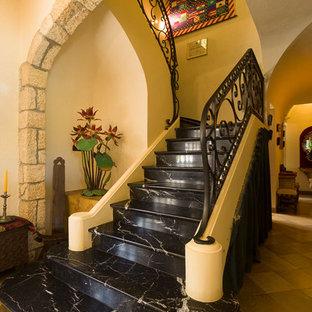 Idées déco pour un grand escalier courbe classique.