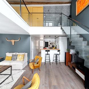 Пример оригинального дизайна интерьера: прямая лестница среднего размера в современном стиле с металлическими ступенями, металлическими подступенками и стеклянными перилами