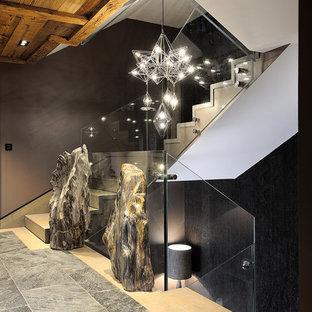 Foto de escalera en U, rural, grande, con escalones de piedra caliza, contrahuellas de madera y barandilla de vidrio