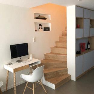Aménagement d'un escalier scandinave avec des marches en bois et des contremarches en bois.