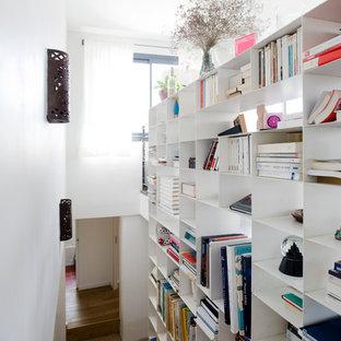 Inspiration pour un escalier droit design de taille moyenne avec des marches en bois.