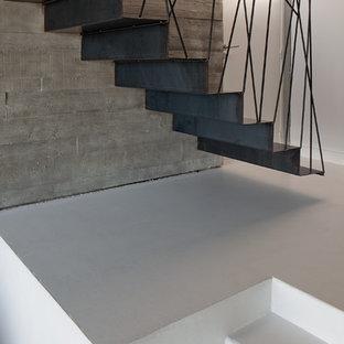 Cette image montre un escalier flottant design de taille moyenne avec des marches en métal et des contremarches en métal.