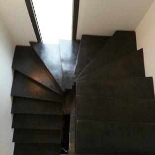 リヨンのコンクリートのコンテンポラリースタイルのおしゃれな折り返し階段 (コンクリートの蹴込み板) の写真