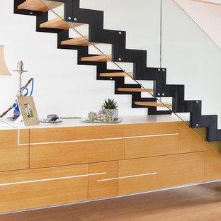 Ejemplo de escalera recta, contemporánea, grande, con escalones de madera