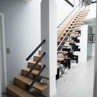 Aménagement d'un escalier droit contemporain avec des marches en bois et des contremarches en bois.