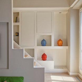 Réalisation d'un petit escalier droit design avec des marches en bois, des contremarches en bois et un garde-corps en bois.