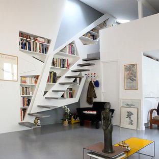 Aménagement d'un escalier sans contremarche flottant contemporain de taille moyenne avec des marches en métal.