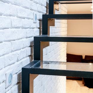 パリの大きい金属製のインダストリアルスタイルのおしゃれな直階段 (ガラスの蹴込み板、金属の手すり) の写真