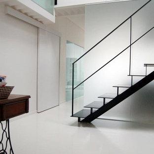 Réalisation d'un grand escalier sans contremarche design avec des marches en métal.