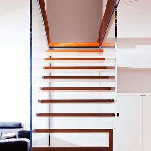 Cette image montre un escalier sans contremarche flottant design de taille moyenne avec des marches en bois.