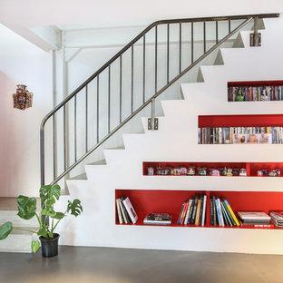 Ejemplo de escalera en L, contemporánea, de tamaño medio, con escalones de hormigón y contrahuellas de hormigón