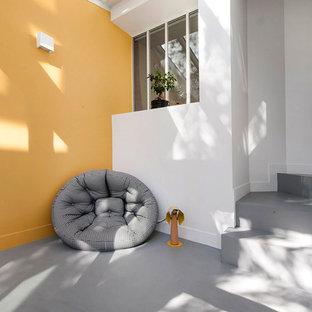 """Idee per una scala a """"L"""" design di medie dimensioni con pedata in cemento, alzata in cemento e parapetto in vetro"""