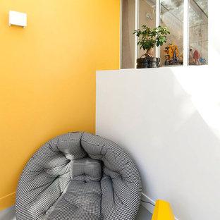 """Ispirazione per una scala a """"L"""" minimal di medie dimensioni con pedata in cemento, alzata in cemento e parapetto in vetro"""