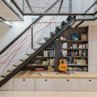Diseño de escalera recta, actual, grande, sin contrahuella, con escalones de madera