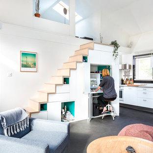 Aménagement d'un escalier droit scandinave avec des marches en bois et des contremarches en bois.