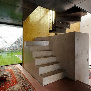 Ejemplo de escalera curva, industrial, de tamaño medio, con escalones de hormigón y contrahuellas de hormigón