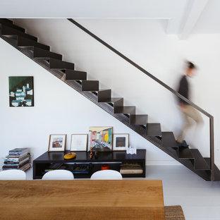 Cette photo montre un grand escalier droit tendance avec des marches en métal et des contremarches en métal.