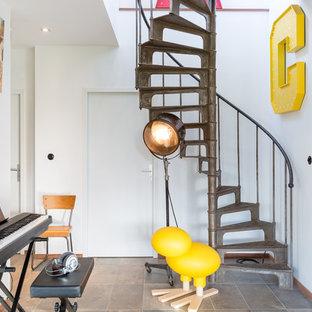 Idées déco pour un escalier sans contremarche hélicoïdal éclectique de taille moyenne avec des marches en métal.