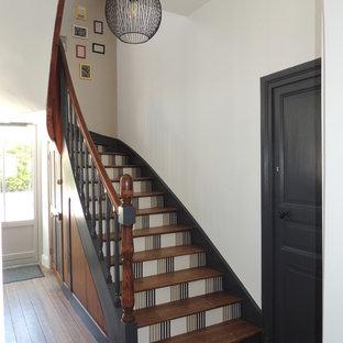 ナントの木のミッドセンチュリースタイルのおしゃれな折り返し階段の写真