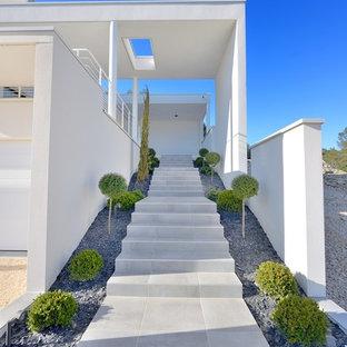 Cette image montre un grand escalier droit minimaliste avec des marches en béton.